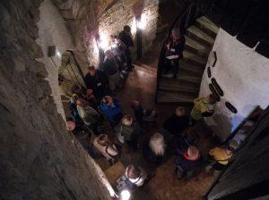 Hagen Schröter (auf der Treppe) erläutert den historischen Hintergrund des Dicken Turms